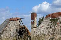Stark beschädtigtes Reetdach eines Fachwerkhauses