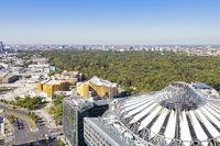 Blick über Berlin vom Kollhoff-Tower am Postdamer Platz mit dem Sony Center, der Berliner Philharmonie und dem Tiergarten