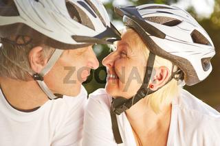 Frau und Mann mit Fahrradhelm küssen sich