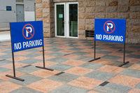 Singapur, Republik Singapur, Zwei Schilder weisen auf Parkverbot hin