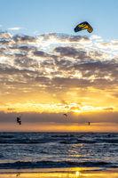 Kite surfing im Sonnenuntergang