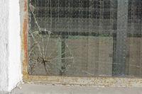 zerbrochene Glasscheibe - kaputtes Sicherheitsglas mit Rissen