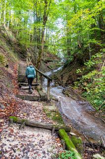 Schöner Wanderweg im Wald bei Ramsau, Nationalpark Berchtesgaden, Deutschland