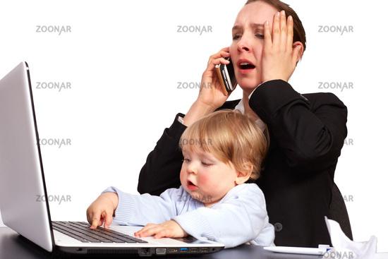 Mutter und Kind bei der Arbeit Serienbild 14