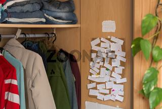 Spruechesammlung auf Pinnwand im Kleiderkasten