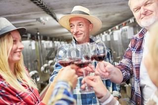 Team Winzer trinkt Rotwein bei einer Weinprobe