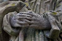 Hände einer Steinskulptur