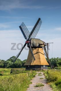 Wedelfelder Wasserschöpfmühle. Historische Windmühle in ländlicher Umgebung, Deutschland