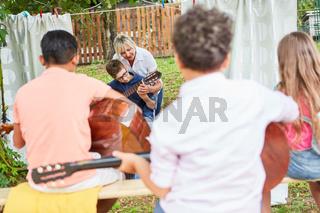 Gruppe Kinder im Gitarrenkurs im Ferienlager