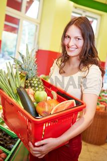 Frau mit vollem Einkaufskorb
