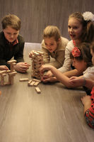 Die Gruppe der Kinder spielt im Zimmer.