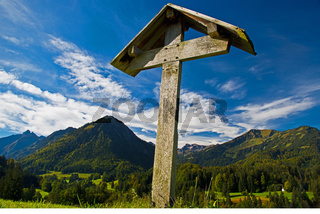 Feldkreuz im Oytal, dahinter das Stillachtal, Oberstdorf, Oberallgäu, Bayern, Deutschland, Europa