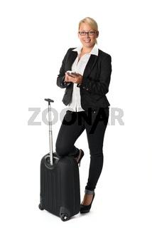 frau mit reisekoffer und handy