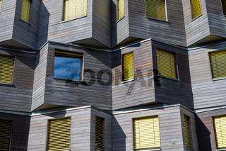 Holzfassade eines modernen Mehrfamilienhauses