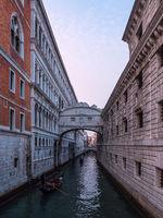 Blick auf die Seufzerbrücke in Venedig, Italien