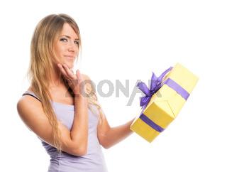 junge frau hält ein geschenk