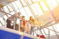 Familie fliegt in Sommerferien in Familienurlaub