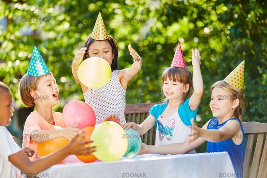 Viele Kinder feiern Geburtstag im Garten