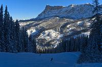 Blick von der Altin Skipiste im Schatten auf die Winterlandschaft am Heiligkreuzkofel