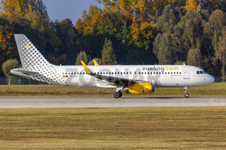 Vueling Airbus A320 Flugzeug Flughafen München in Deutschland