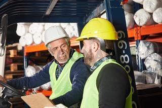 Logistik Arbeiter in Industrie Lager mit Gabelstapler