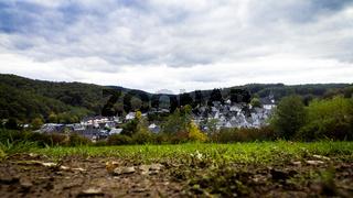 Blick über die Wiese vom Kurpark auf die Historische Altstadt von Freudenberg