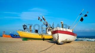 Fischerboote am Strand der Ostseeküste