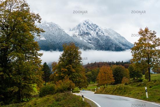 Schöne Strasse im Nebel mit Blick auf Hochkaltermassiv. Nationalpark Berchtesgarden, Deutschland