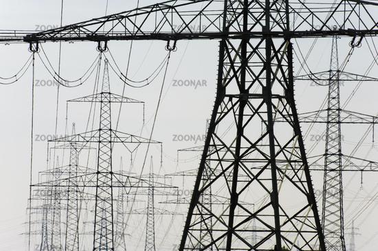 Panorama mit Perspektive von vielen Strommasten