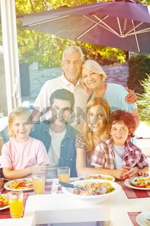 Familie mit Großeltern beim Essen