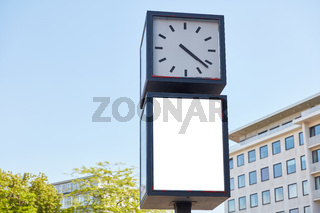 Werbefläche Mock-Up an Großuhr in Innenstadt