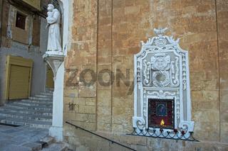 Schmuckfenster mit Ewigem Licht, Valletta, Malta