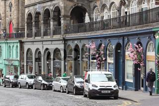 Die berühmte Victoria Street in der Altstadt von Edinburgh