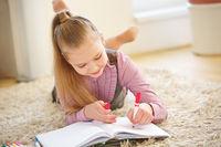 Kind malt ein Bild zu Hause