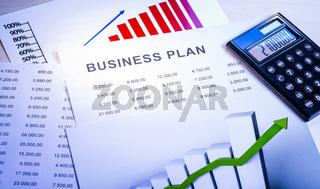 Business Plan mit Tabellen, Diagrammen und Taschenrechner