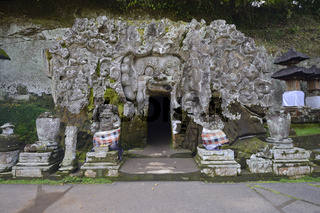 die ca. 1100 Jahre alte Elefantengrotte im Elefanten - Tempel Go