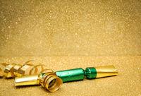 Silvesterdekoration mit Goldhintergrund