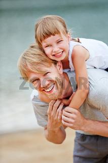 Familie mit Vater und Tochter am Meer