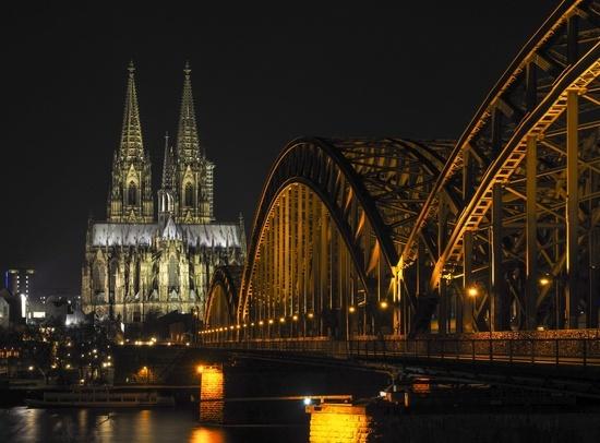 Kölner Dom und Hohenzollernbrücke über den Rhein bei Nacht