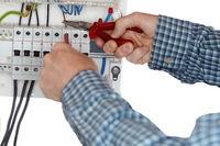 Elektrofachkraft mit Zange montiert Leitungen