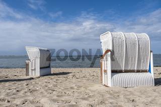 Weiße Strandkörbe am Strand von Utersum, Föhr