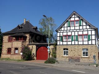 zwei alte Wohnhäuser aus Bruchstein und Fachwerk