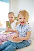 Zwei Kinder mit schlechter Laune essen Kuchen