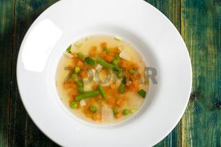 Gemüsesuppe auf weißem Teller