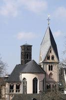 Romanische Kirche St. Maria in Lyskirchen, im Hintergrund der Kirchturm der evangelischen Trinitatiskirche