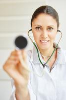 Frau als Ärztin mit Stethoskop