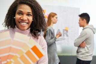Afrikanische Frau als Grafikdesigner mit Farbpalette