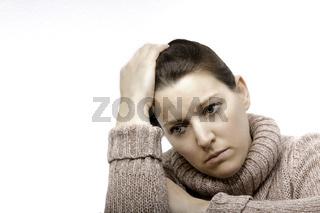 Frau stützt Kopf auf Hand