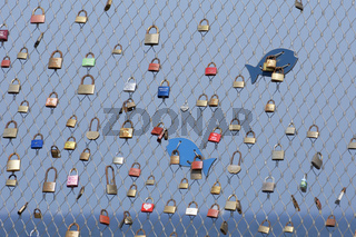 Liebeschlösser auf der Seebruecke in Heiligenhafen, Deutschland
