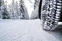 Winterreifen auf schneebedeckter Straße